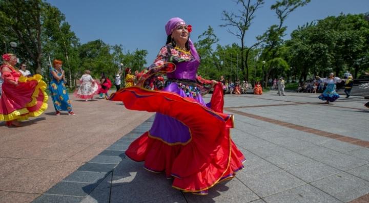 На открытых площадках перезапустили танцевальный проект для людей 50+
